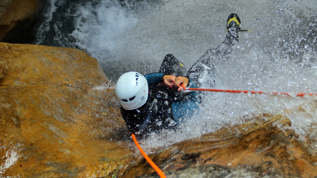 canyoning-briançon-rappel-sous-cascade